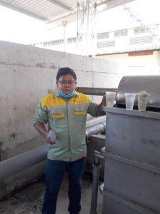 Nhân viên Minh Phú đang vận hành xử lý nước thải công nghệ mới Minicell